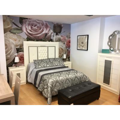 Dormitorio de matrimonio blanco con cabecera, mesitas de noche y sinfonier